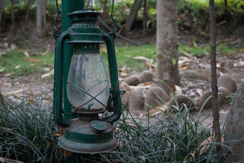 Linterna colgante en jardín imagen de archivo