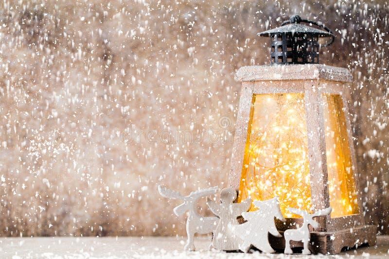 Linterna con el ?rbol de navidad, decoraci?n de la Navidad Tarjeta de felicitaci?n imagenes de archivo