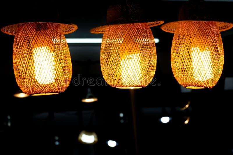 Linterna de bambú con un bulbo que cuelga de un techo del sitio fotos de archivo libres de regalías