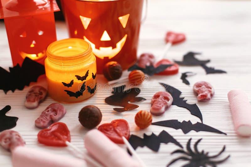 Linterna de Halloween Jack o, luz de la vela, caramelo del día de fiesta, palos, spi fotos de archivo libres de regalías
