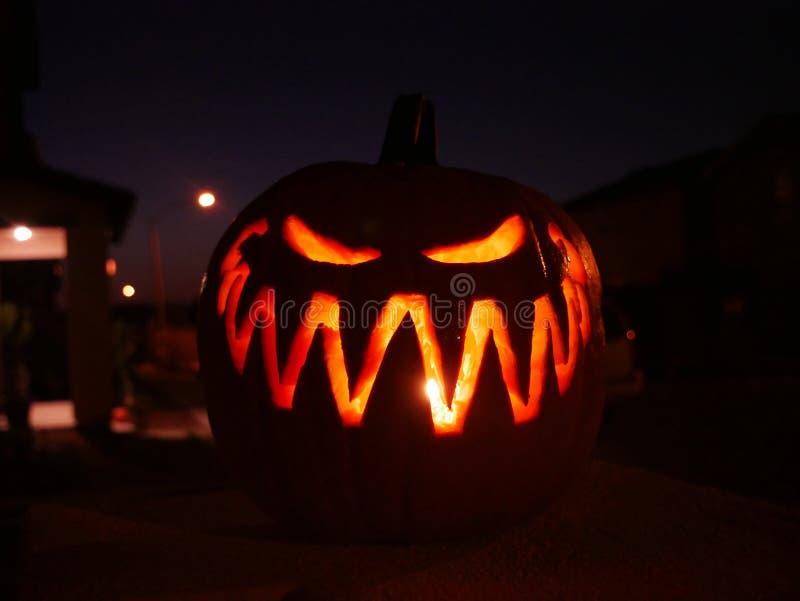Linterna de Jack O de la calabaza de Halloween en la noche imagen de archivo