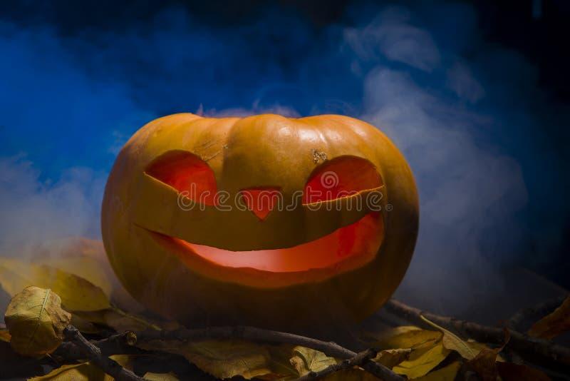 Linterna de la calabaza de Halloween con las hojas secas con las velas ardientes imagen de archivo libre de regalías