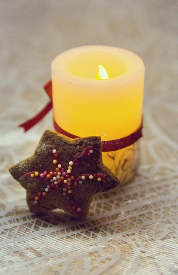 Linterna de la Navidad bajo la forma de velas y galletas del pan de jengibre imagen de archivo