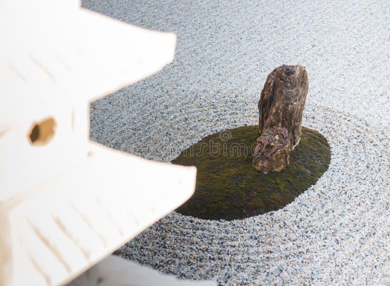 Linterna de la roca en jardín del zen foto de archivo libre de regalías