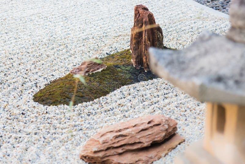 Linterna de la roca en jardín del zen foto de archivo