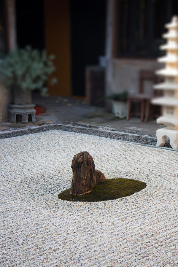 Linterna de la roca en jardín del zen fotos de archivo libres de regalías