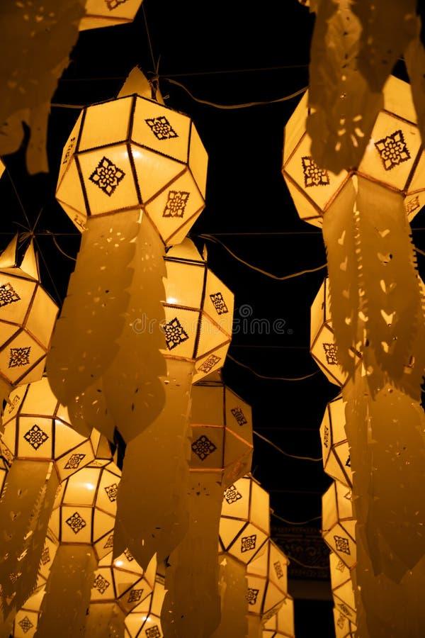 Linterna de papel amarilla tailandesa de la calle en la decoración de la calle durante Loy Krathong y Yi Peng fotos de archivo libres de regalías