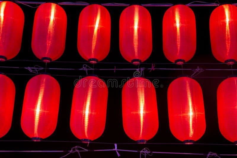 Linterna de papel china roja en el cielo nocturno imagenes de archivo