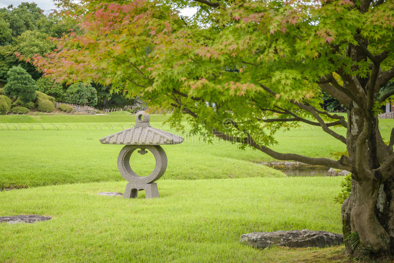 Linterna de piedra en el jardín de Korakuen fotos de archivo libres de regalías