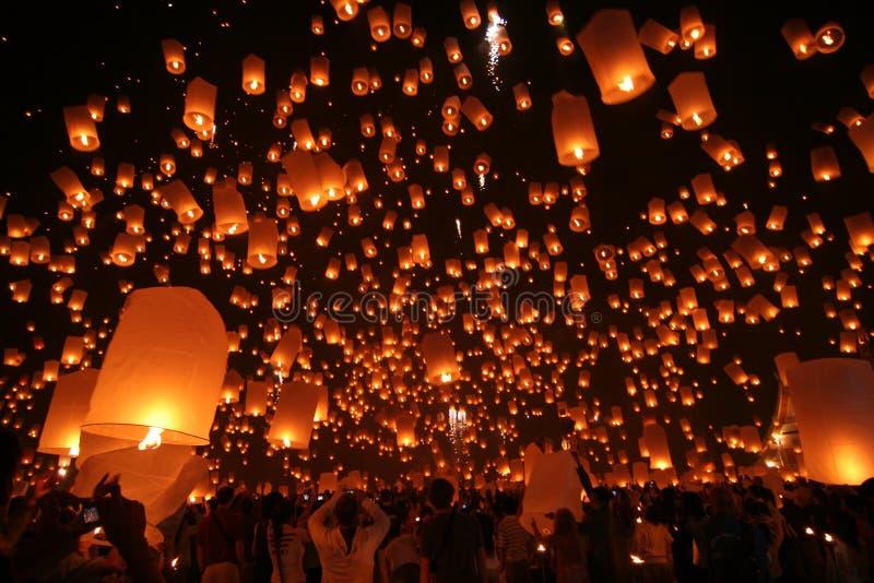 Linterna del cielo del vuelo en el festival de Yeepeng imagenes de archivo