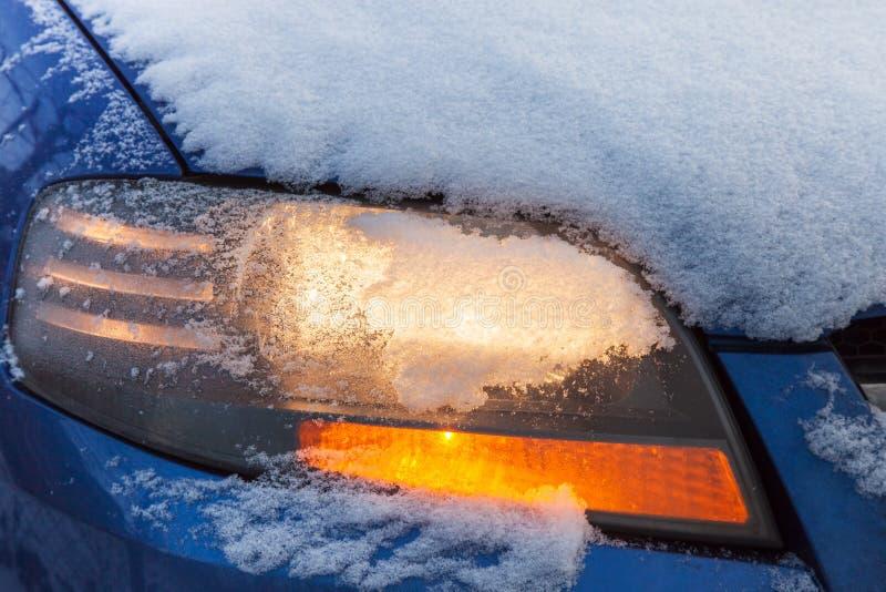 Linterna del coche que destella debajo de nieve foto de archivo