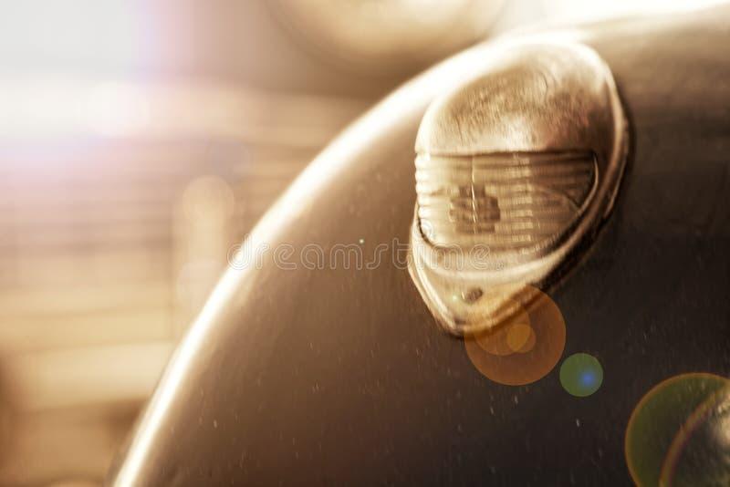 Linterna del coche viejo antiguo, detalle en la linterna de un coche del vintage Foco selectivo imágenes de archivo libres de regalías