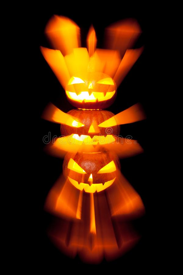 Linterna del enchufe de la cabeza de la calabaza de Halloween en fondo oscuro imagen de archivo