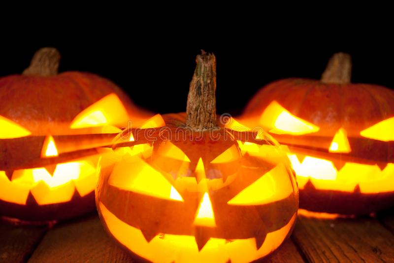 Linterna del enchufe de la cabeza de la calabaza de Halloween en fondo oscuro fotografía de archivo