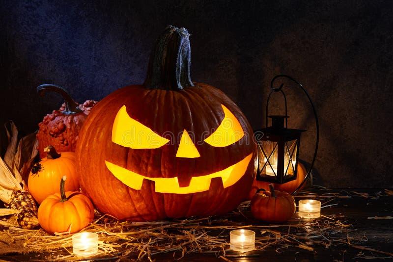 Linterna del enchufe de la calabaza de Halloween en el granero oscuro, concepto del día de fiesta fotografía de archivo libre de regalías