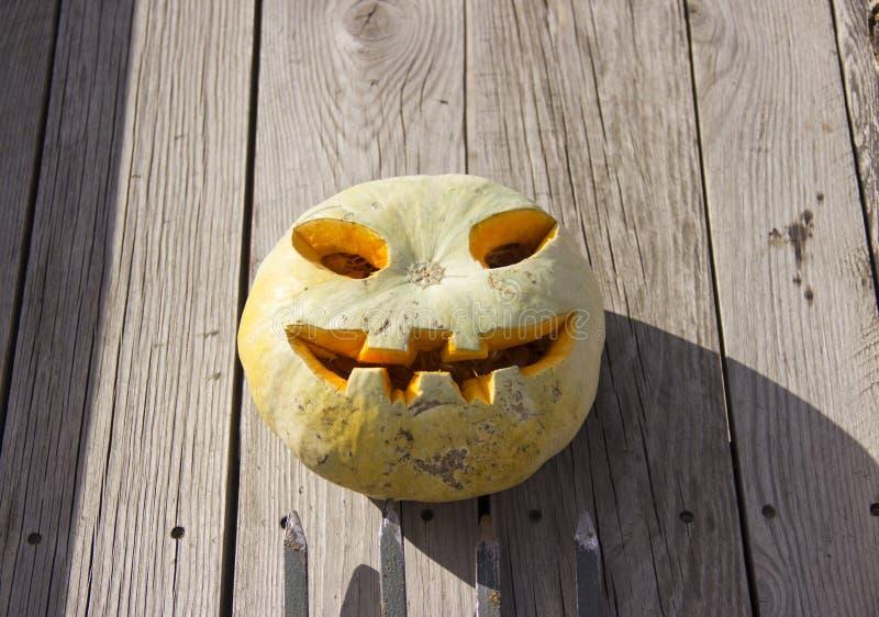 Linterna del enchufe de la calabaza de Halloween en un bieldo imagen de archivo libre de regalías