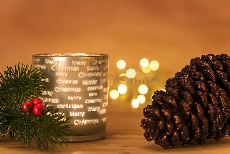 Linterna del Lit con la rama del abeto de la Navidad y cono delante del bokeh fotografía de archivo