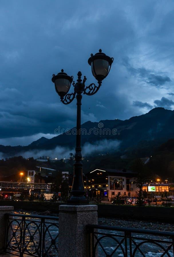 Linterna del metal en la calle contra la perspectiva de las montañas del Cáucaso tarde en la noche imágenes de archivo libres de regalías
