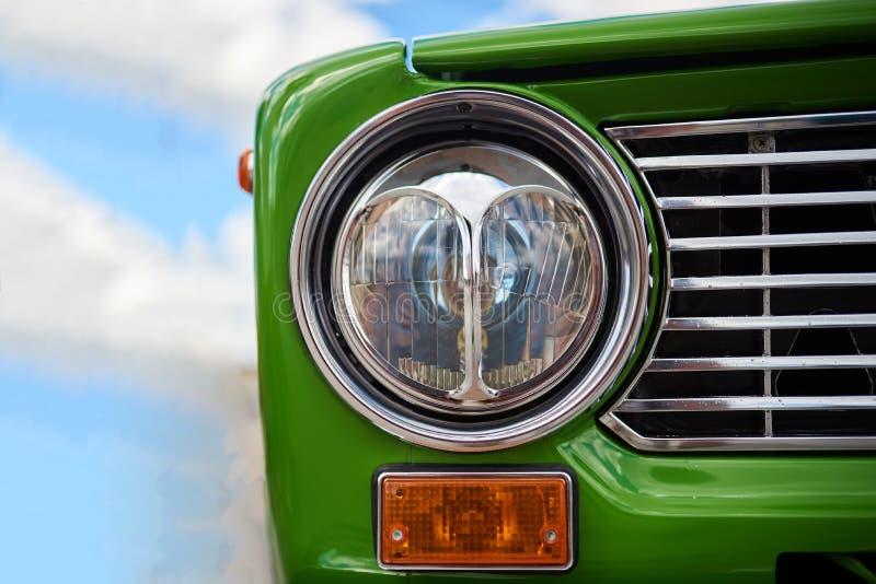 Linterna delantera inusual, coche verde viejo imagen de archivo libre de regalías
