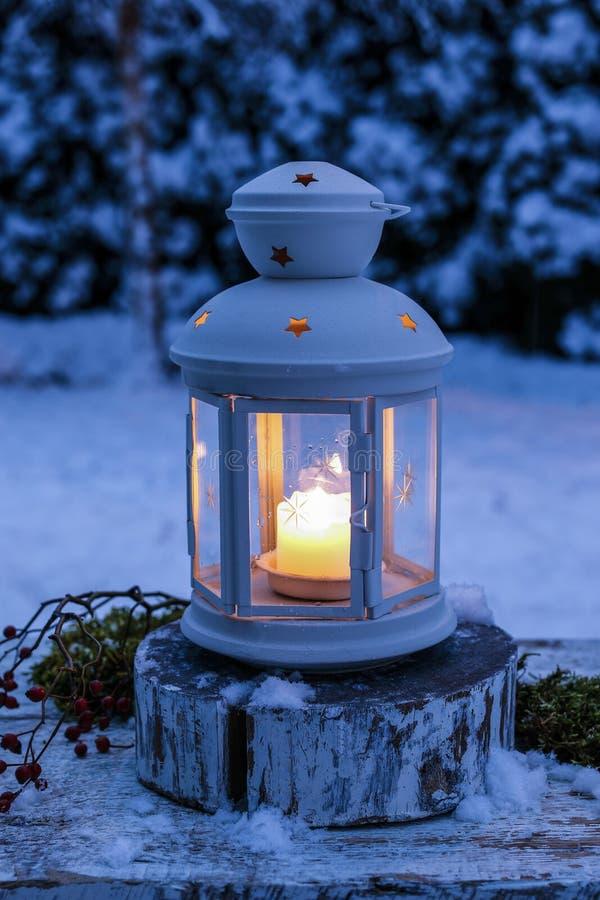 Linterna en el jardín, tarde del invierno fotografía de archivo