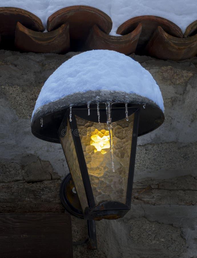 linterna en invierno en la ciudad vieja de Plovdiv Bulgari fotos de archivo