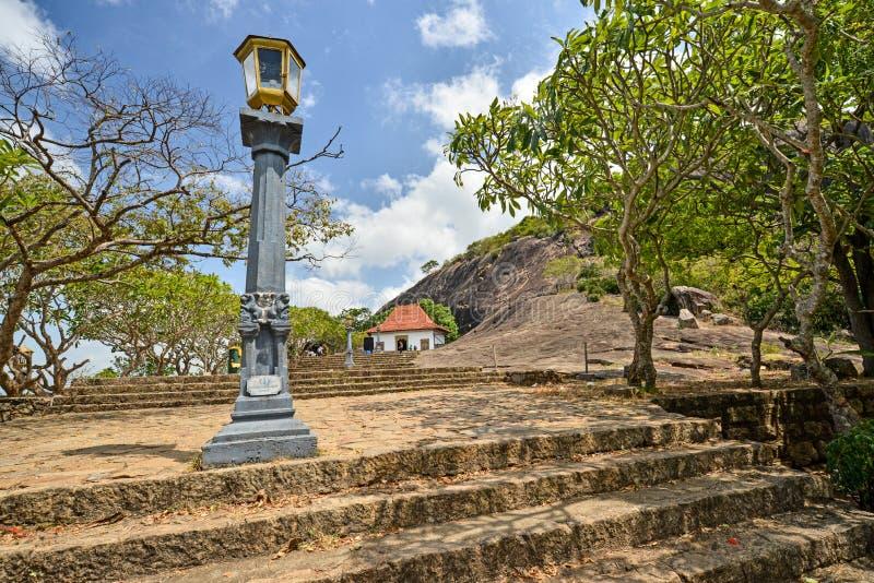 Linterna en la entrada del templo real de la cueva de Dambulla, Sri Lanka foto de archivo libre de regalías