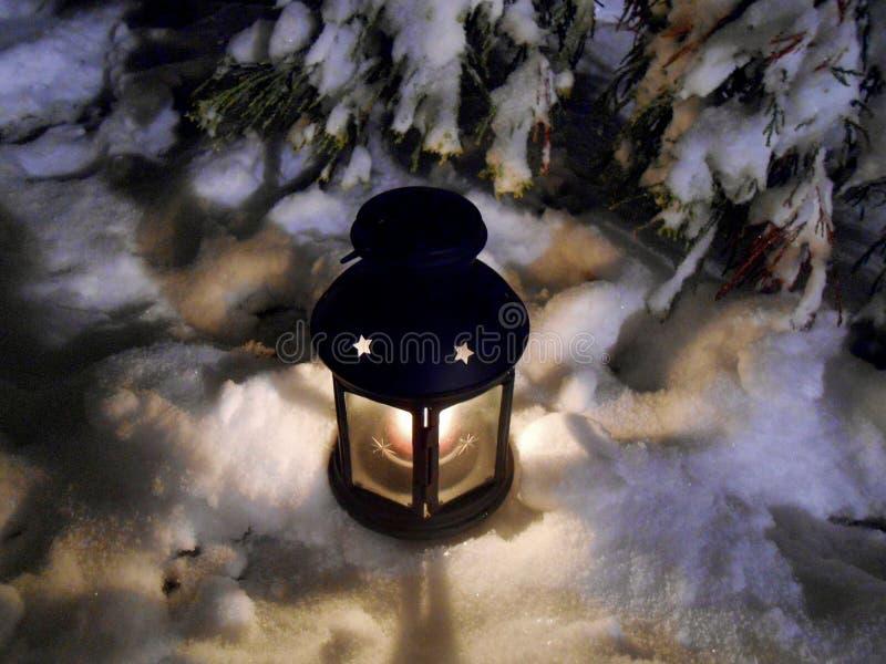 Linterna en la noche del invierno fotografía de archivo