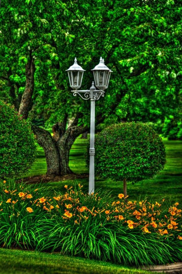 Linterna en los jardines imagen de archivo