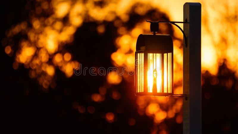 Linterna en trayectoria fotografía de archivo