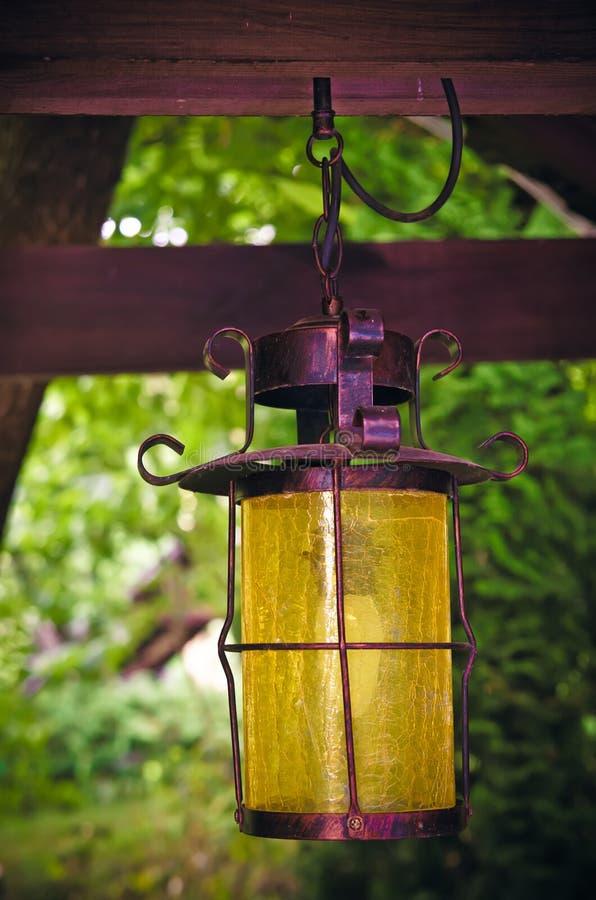 Linterna en un jardín foto de archivo