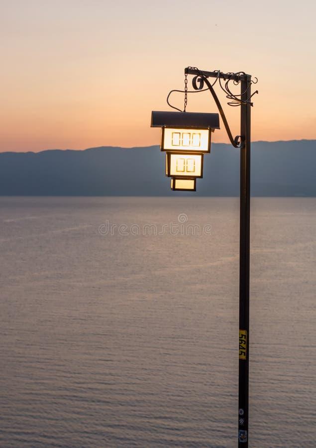 Linterna formada casa por el lago imagen de archivo libre de regalías