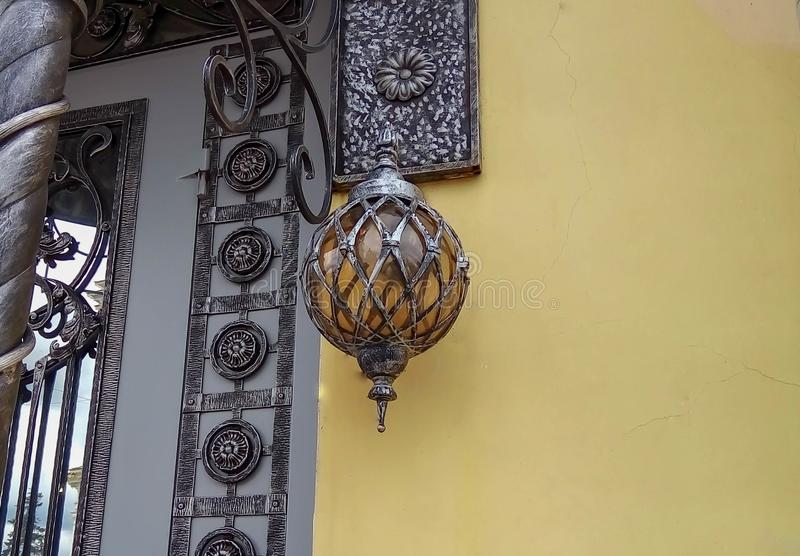Linterna hermosa en la entrada imagen de archivo libre de regalías