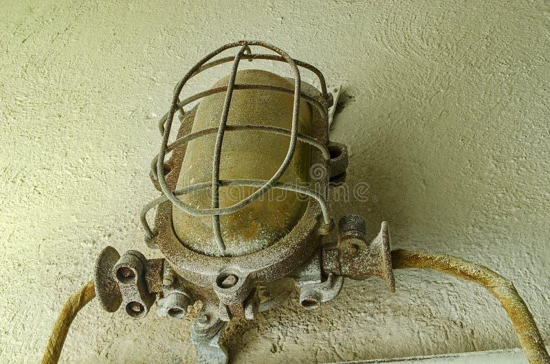 Linterna industrial en la pared Vieja luz industrial en la fábrica fotografía de archivo