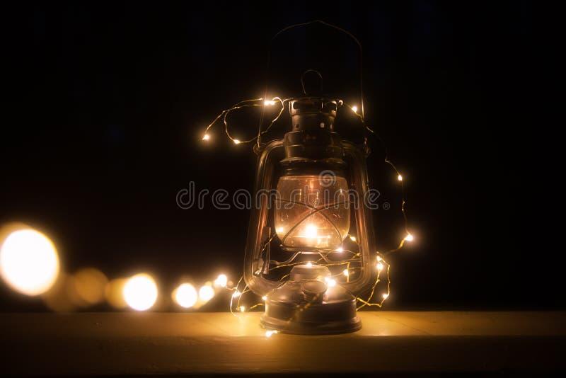 Linterna mágica del vintage con las luces en la noche imágenes de archivo libres de regalías