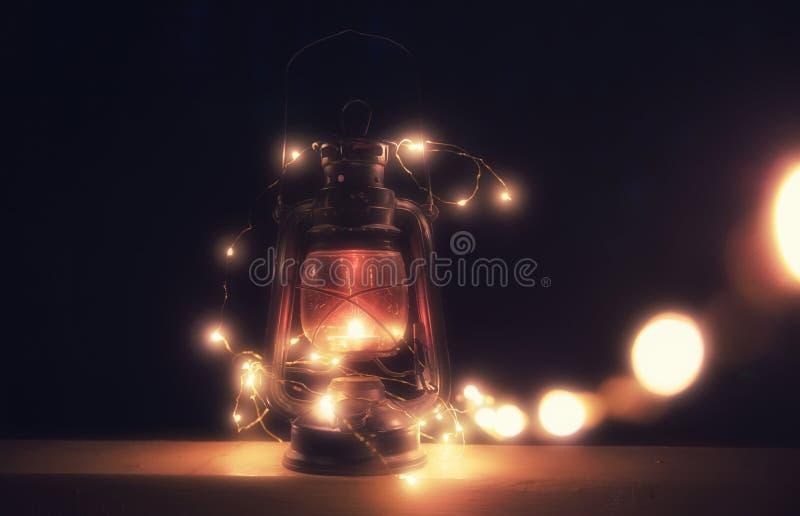 Linterna mágica del vintage con las luces en la noche fotografía de archivo