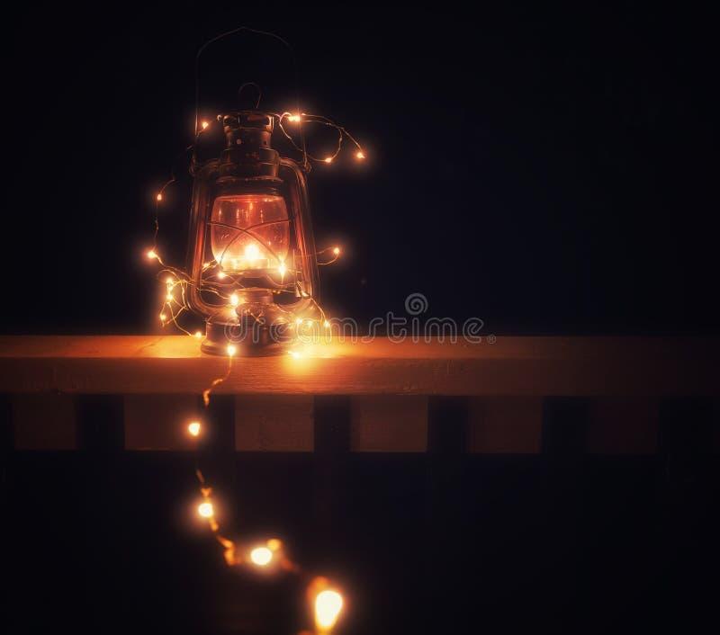 Linterna mágica del vintage con las luces en la noche imagenes de archivo