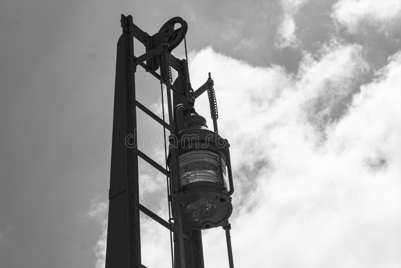 Linterna marítima de la señal con el cielo imagenes de archivo