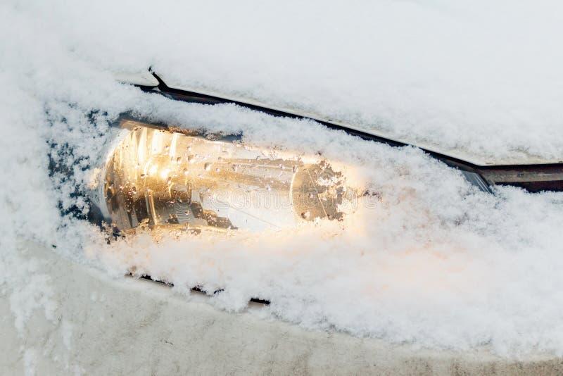 Linterna nevada e iluminada del coche Seguridad en los caminos del invierno imagen de archivo