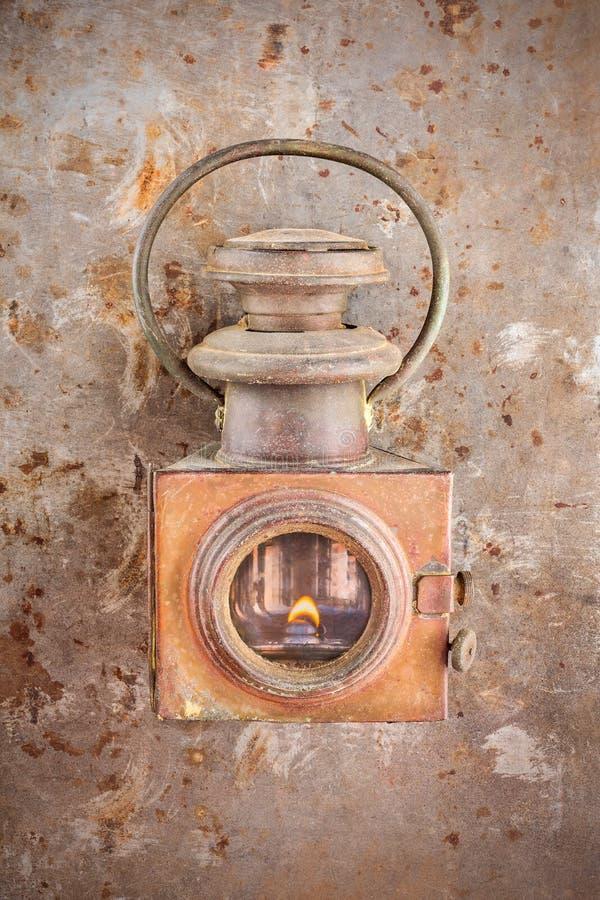 Linterna oxidada del vintage en un fondo de acero aherrumbrado fotografía de archivo