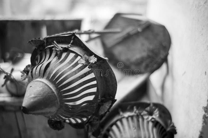 Linterna oxidada rota vintage, foco selectivo imagen de archivo