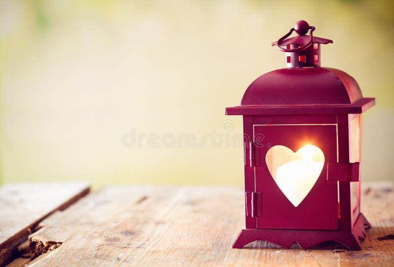Linterna que brilla intensamente con un corazón fotos de archivo libres de regalías
