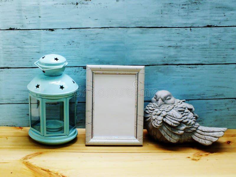 Linterna retra con el espacio del bastidor de la foto y de la decoración casera foto de archivo libre de regalías