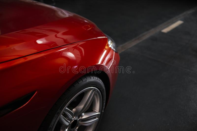 Linterna trasera de un coche rojo de lujo moderno, detalle auto, concepto del mantenimiento del coche en el garaje imágenes de archivo libres de regalías