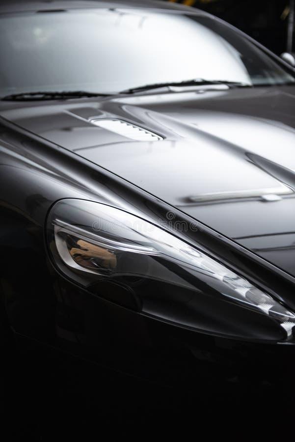 Linterna trasera de un coche rojo de lujo moderno, detalle auto, concepto del mantenimiento del coche en el garaje imagen de archivo libre de regalías