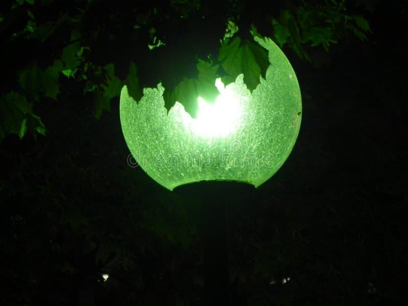 Linterna verde brillante en la noche imagen de archivo