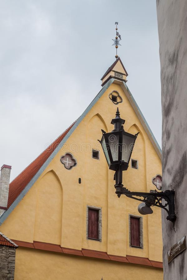 Linterna vieja y gran pasillo del gremio en Tallinn, Eston imagen de archivo