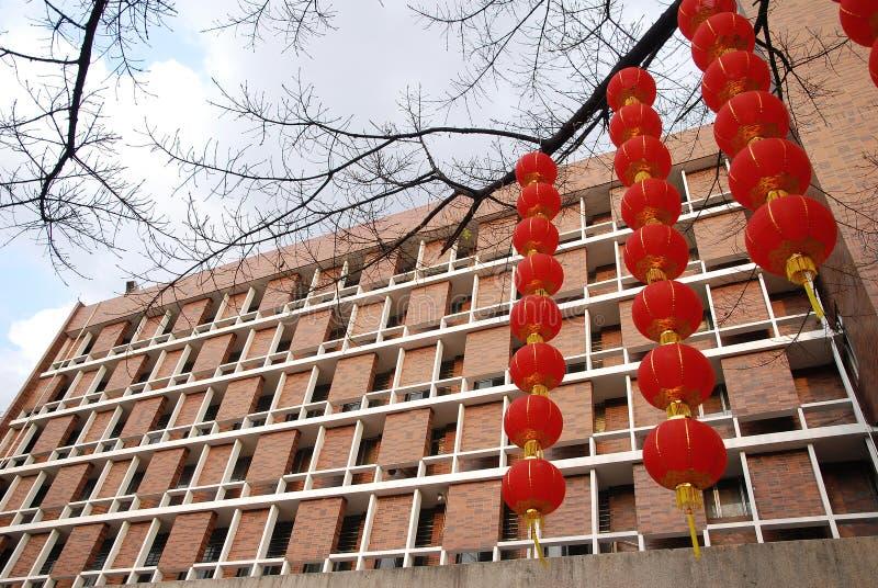 Linterna y apartamento rojos imagen de archivo libre de regalías