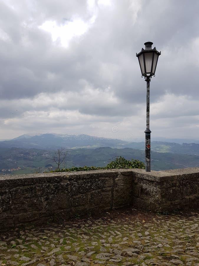 Linterna y montañas foto de archivo