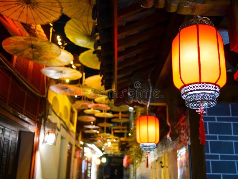 Linternas chinas iluminadas y paraguas chinos decorativos del aceite-papel fotos de archivo libres de regalías