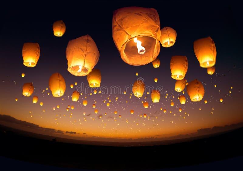 Linternas chinas que vuelan imagen de archivo